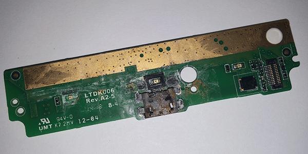 conector MicroUSB corroído por la humedad
